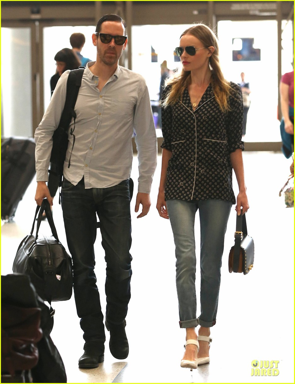kate bosworth michael polish hold hands for south korea flight 112902133