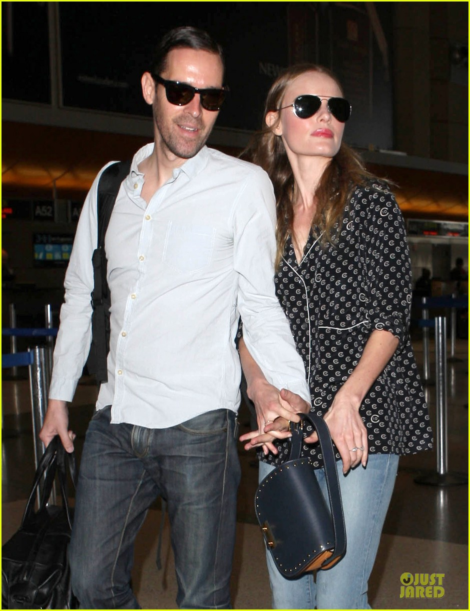 kate bosworth michael polish hold hands for south korea flight 142902136