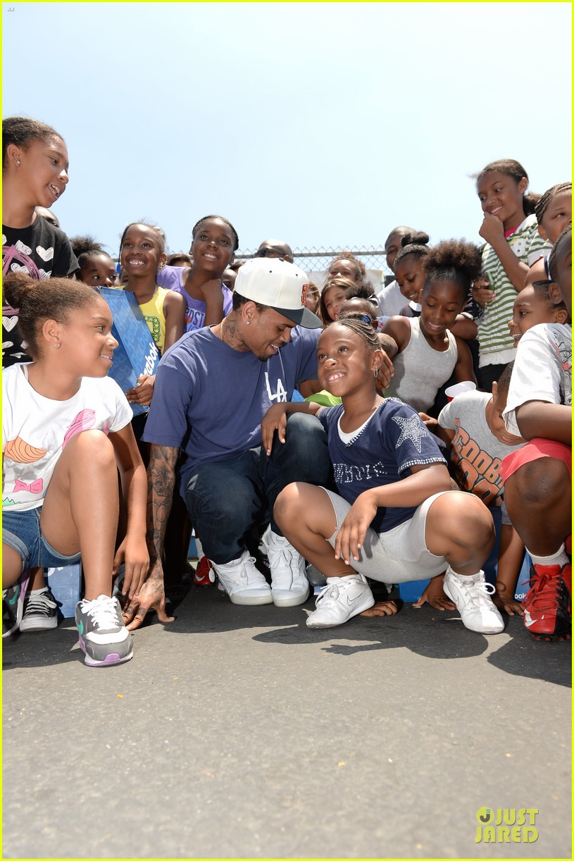 chris brown walk everywhere in unity shoes event 01