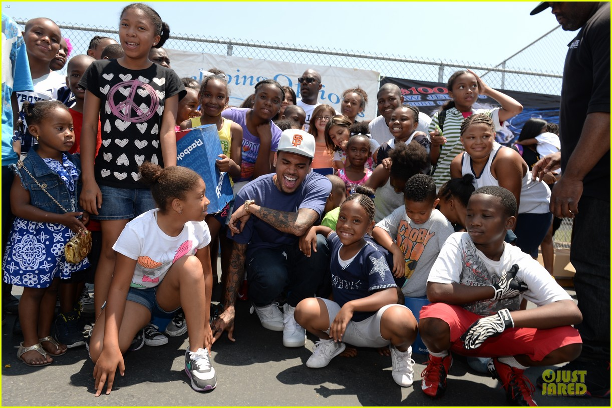chris brown walk everywhere in unity shoes event 102905272