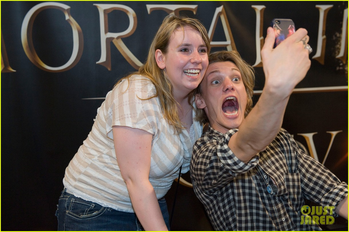 lily collins jamie campbell bower mortal instruments signing 02