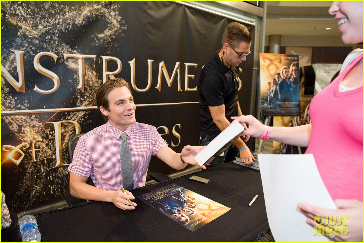 lily collins jamie campbell bower mortal instruments signing 182919128