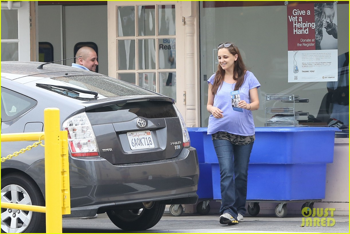 rachael leigh cook donates clothes to goodwill 012908416