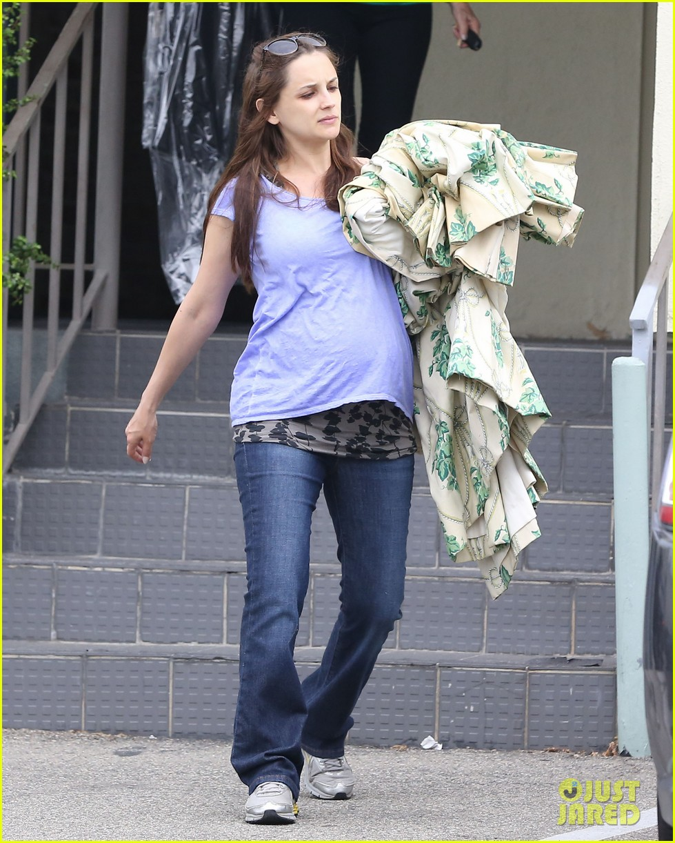 rachael leigh cook donates clothes to goodwill 022908417