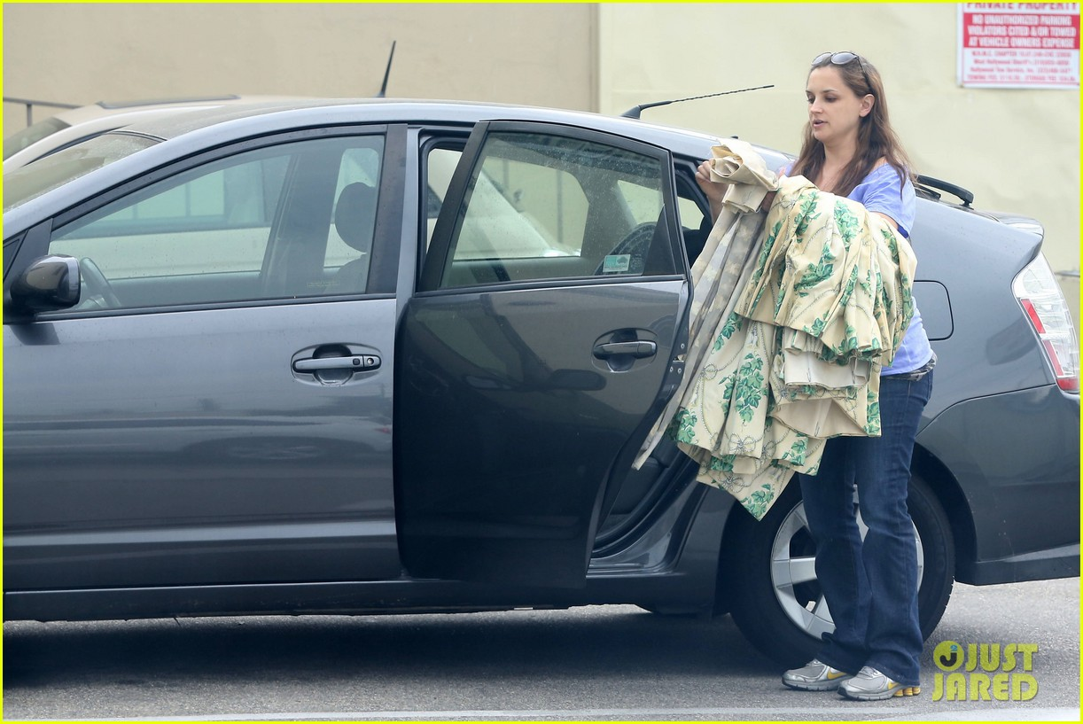 rachael leigh cook donates clothes to goodwill 032908418