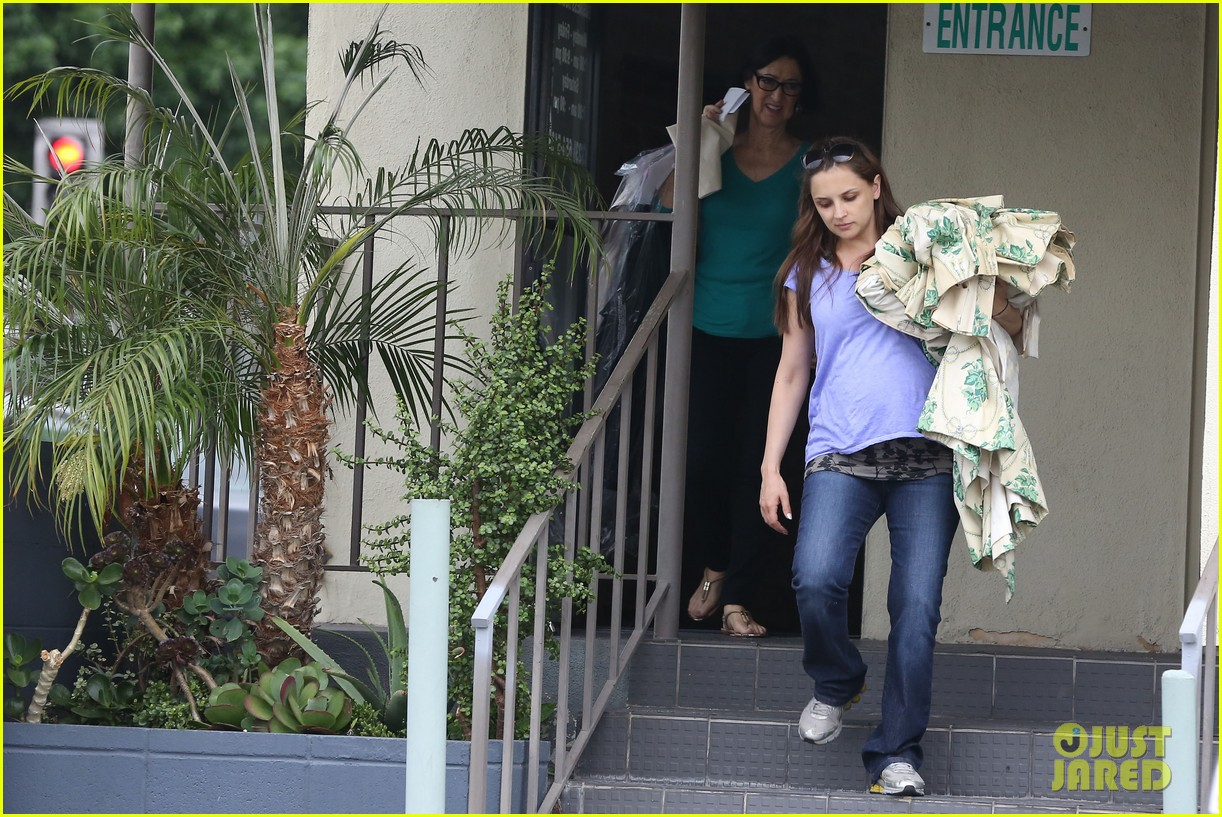 rachael leigh cook donates clothes to goodwill 042908419