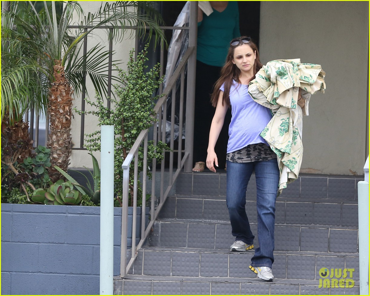 rachael leigh cook donates clothes to goodwill 052908420