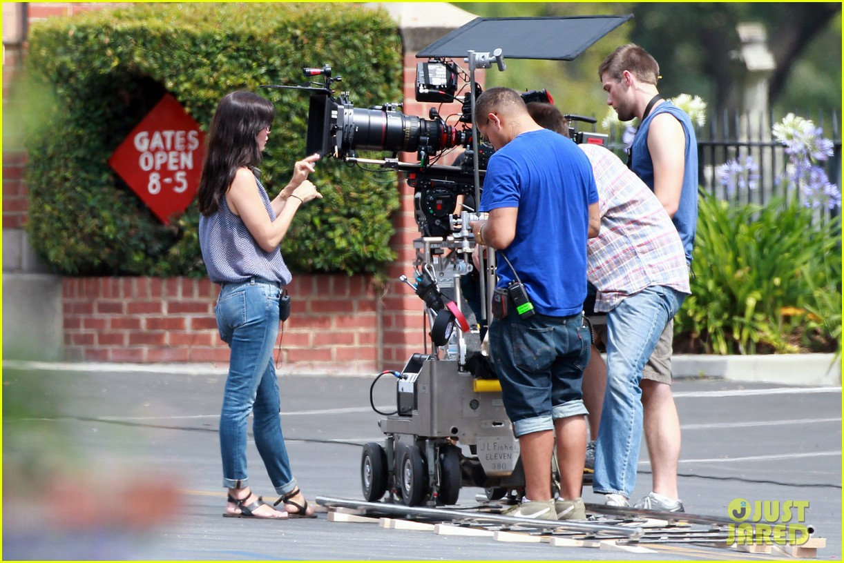 courteney cox takes on directing duties for pre production 022903140