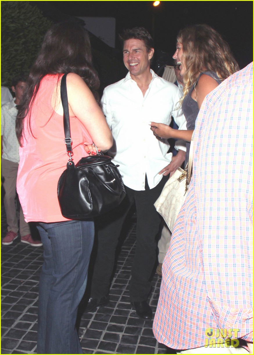 tom cruise chats up the ladies 05