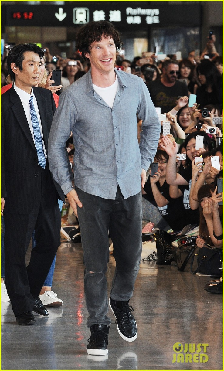 benedict cumberbatch arrives in japan after wrapping hobbit 01