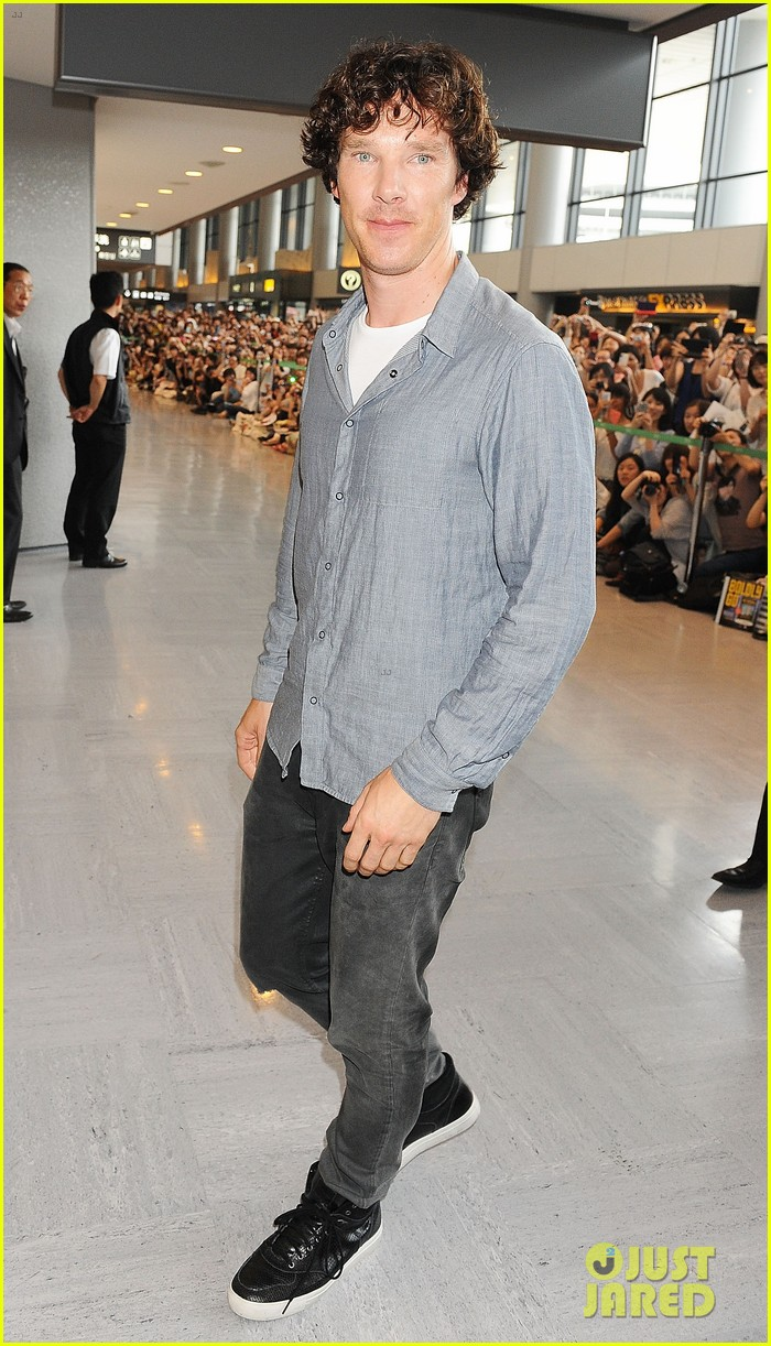 benedict cumberbatch arrives in japan after wrapping hobbit 052909743