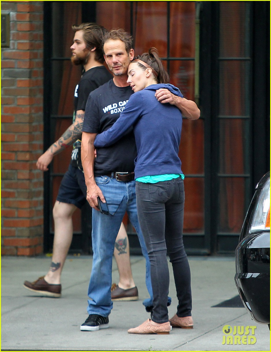 whitney cummings peter berg cuddling couple in nyc 012908783
