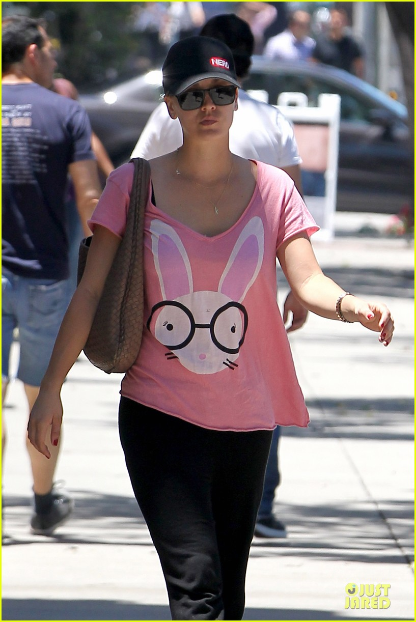 kaley cuoco pink bunny babe on the thirty 022906148