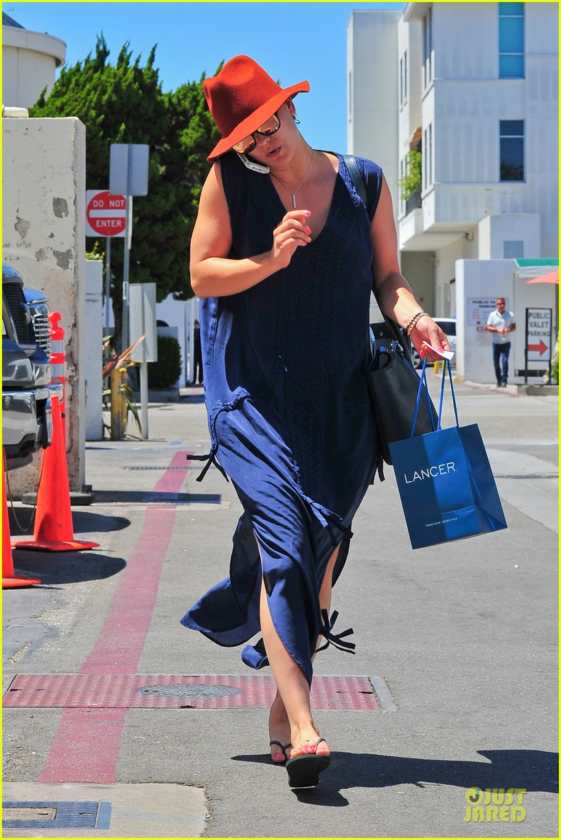 kaley cuoco single retail therapy session 052910504