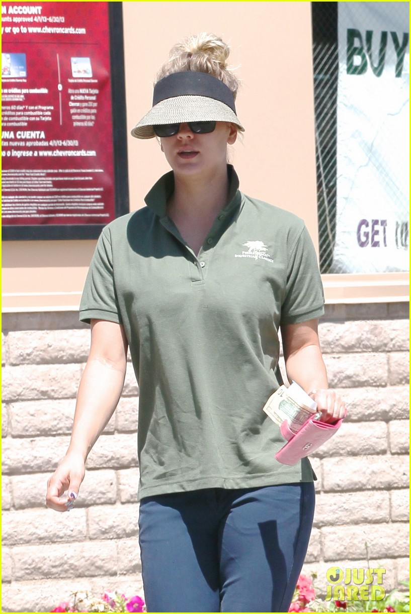 kaley cuoco keeps low key at the carwash 10