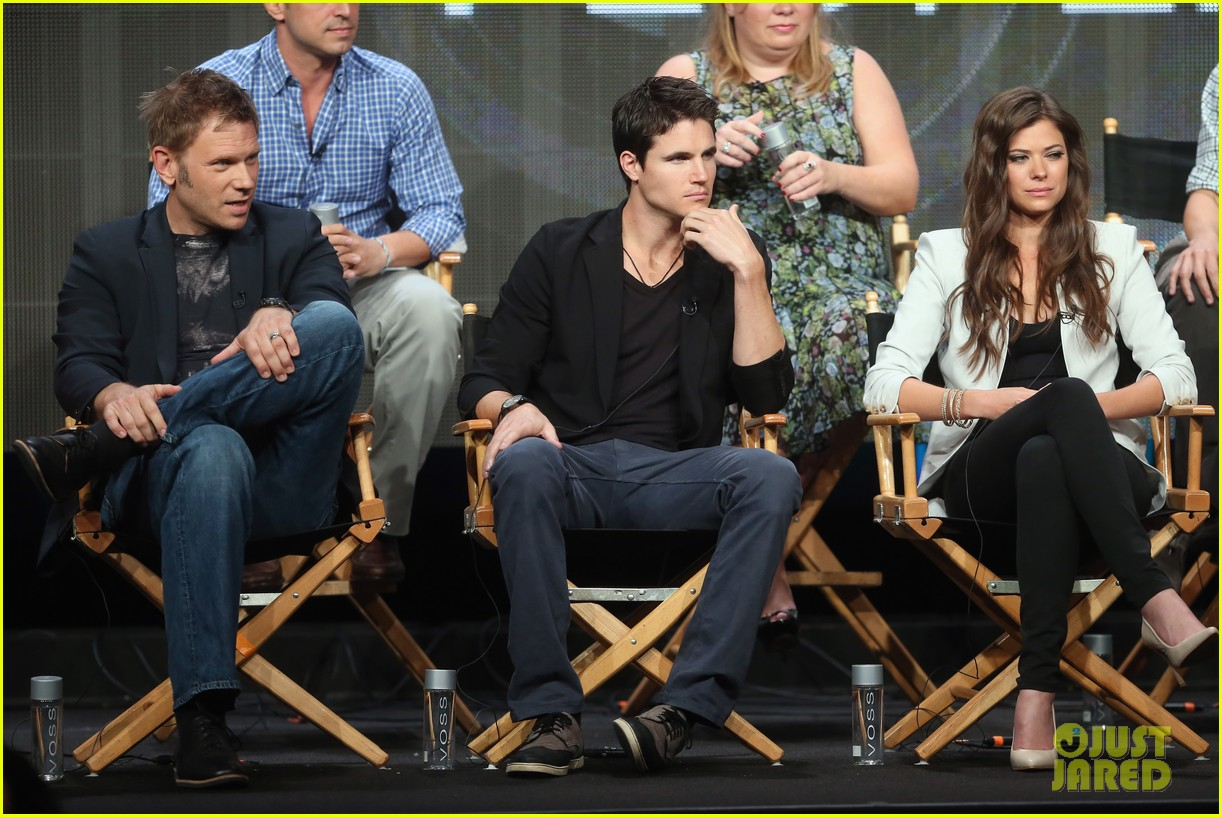 robbie amell joseph morgan thw cw at tca 2013 39