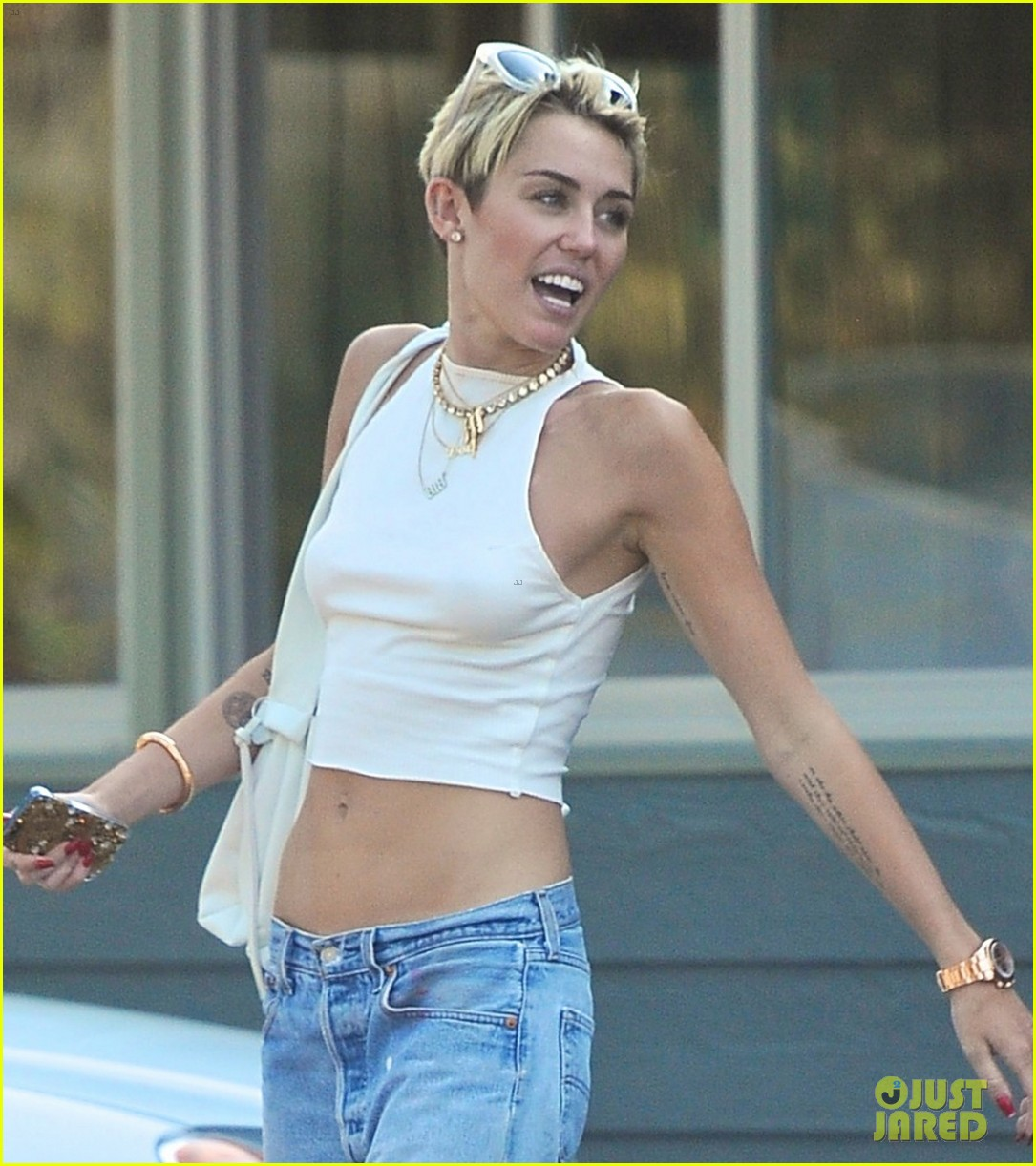 miley cyrus grabs lunch in studio city bares midriff 022904785