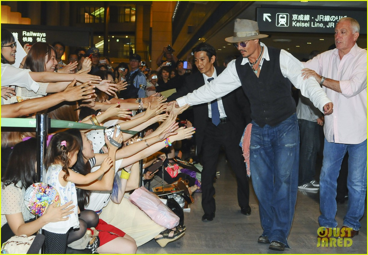 johnny depp japan arrivial with amber heard 042910241