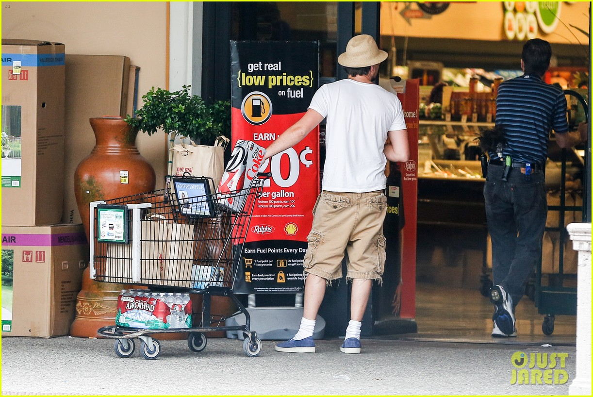 leonardo dicaprio fourth of july grocery shopping 042903995