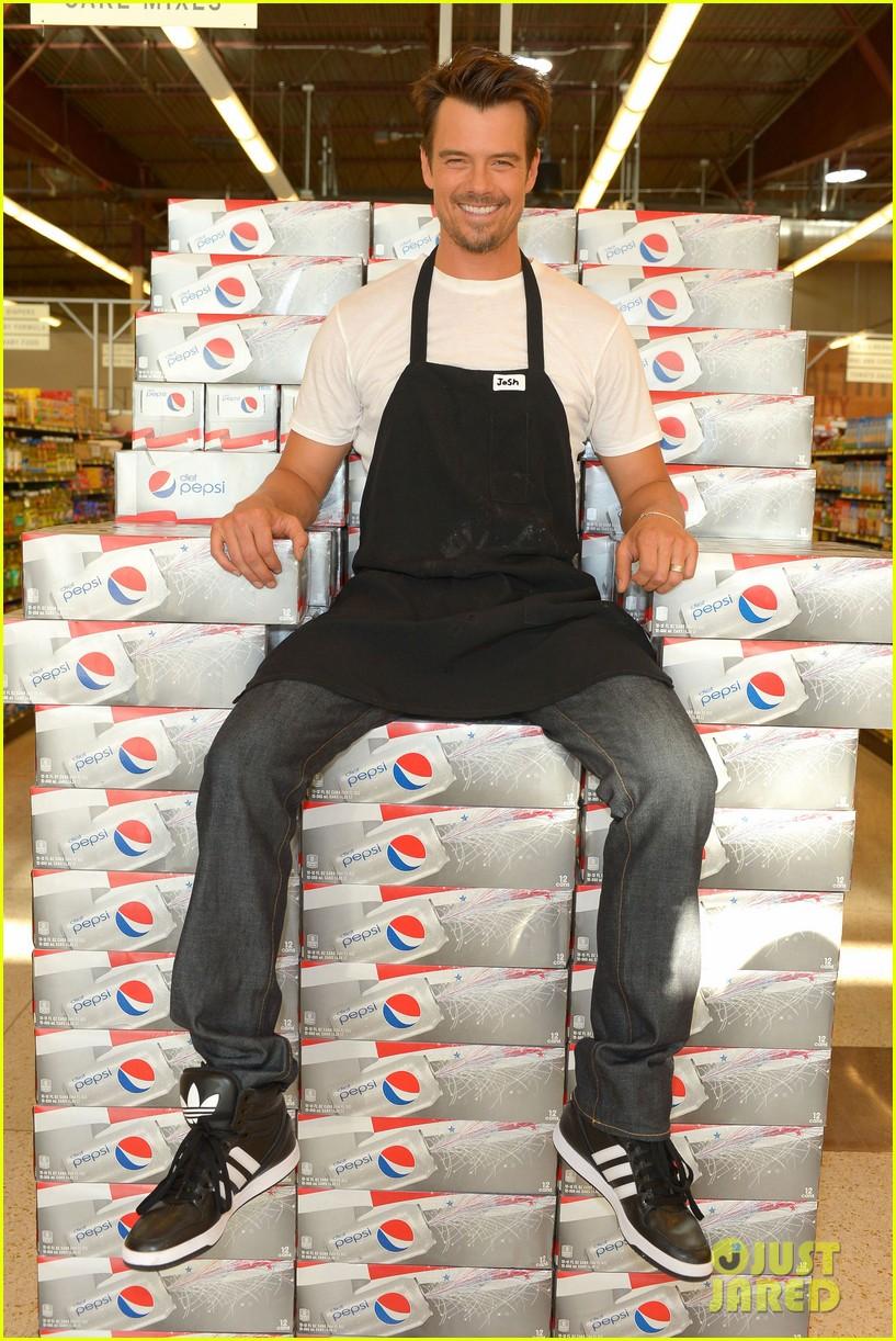 josh duhamel rides in shopping cart for diet pepsi event 012909887