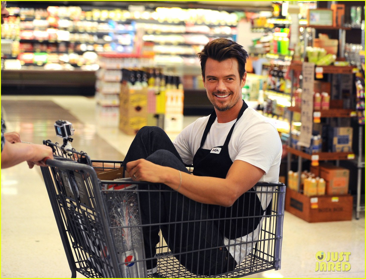 josh duhamel rides in shopping cart for diet pepsi event 022909888