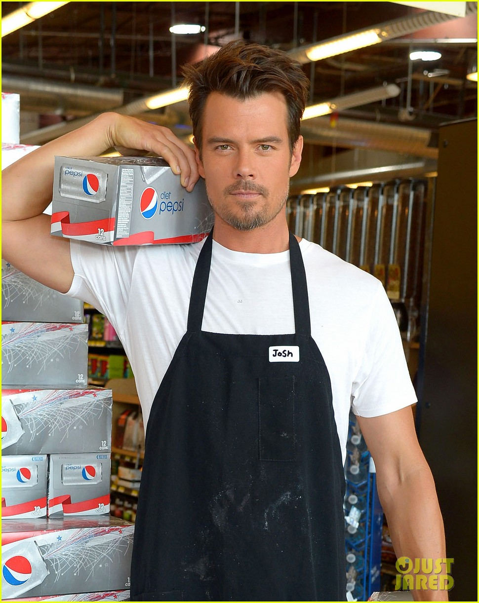 josh duhamel rides in shopping cart for diet pepsi event 06