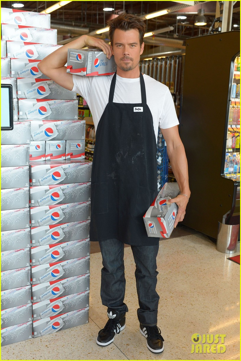 josh duhamel rides in shopping cart for diet pepsi event 072909893