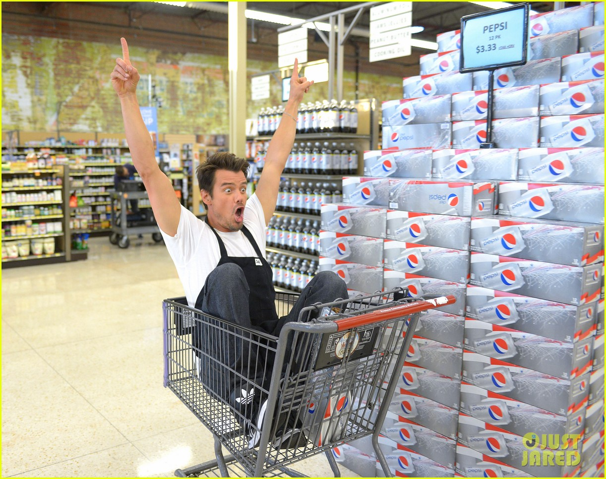 josh duhamel rides in shopping cart for diet pepsi event 092909895