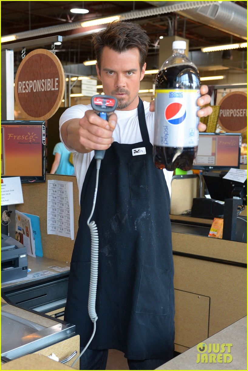 josh duhamel rides in shopping cart for diet pepsi event 102909896