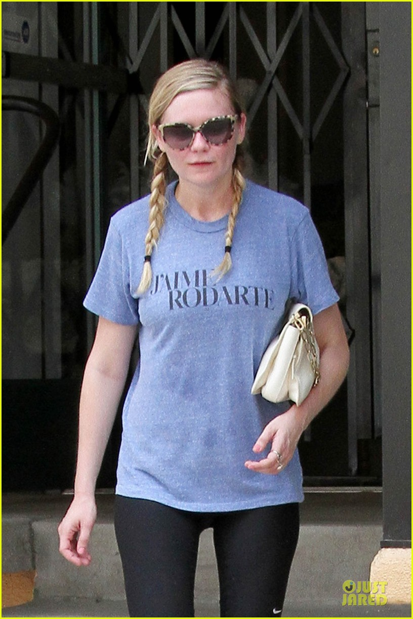 kirsten dunst fuels with 7 eleven before workout 022918042
