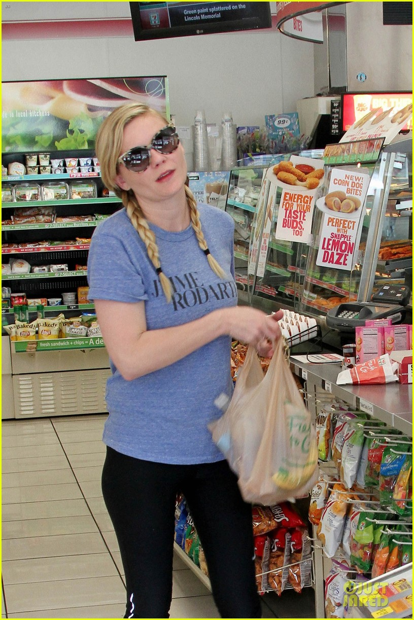 kirsten dunst fuels with 7 eleven before workout 04