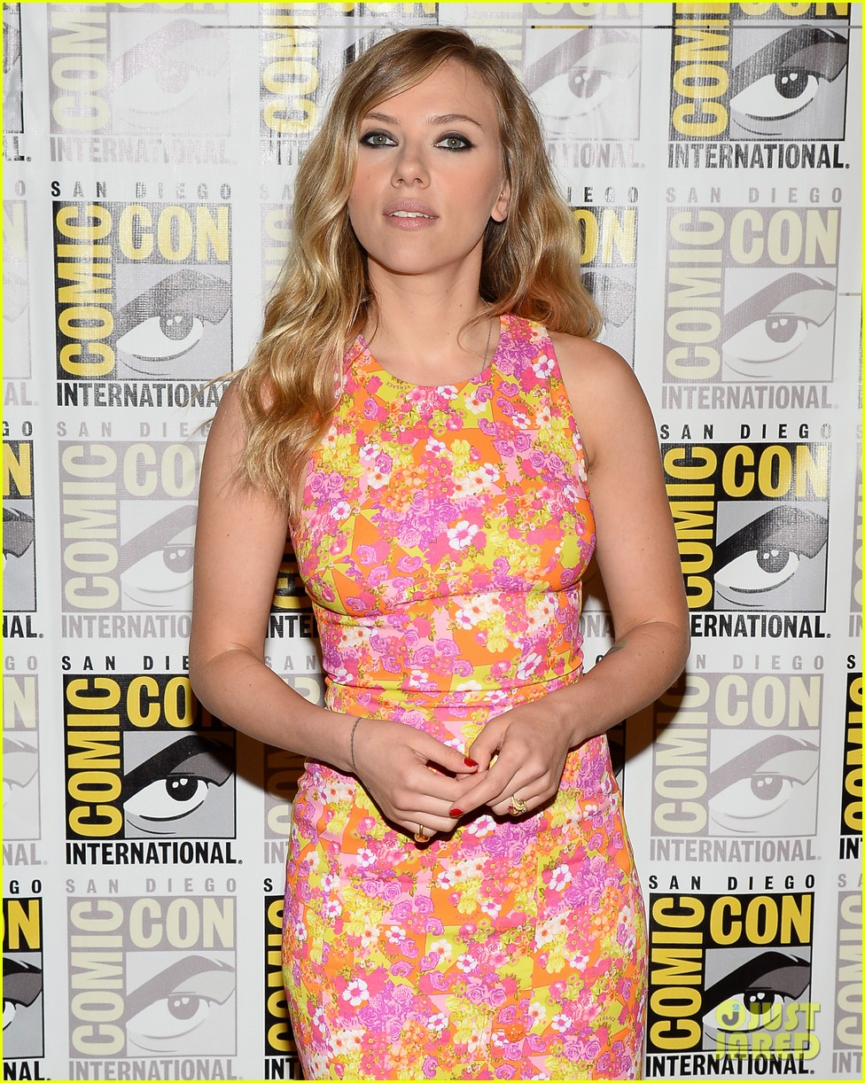 chris evans scarlett johansson captain america at comic con 122913441