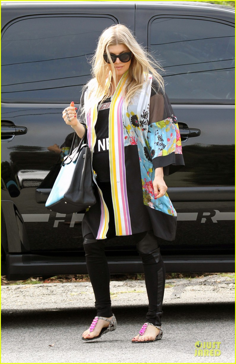 fergie covers growing baby bump after july 4 042905290