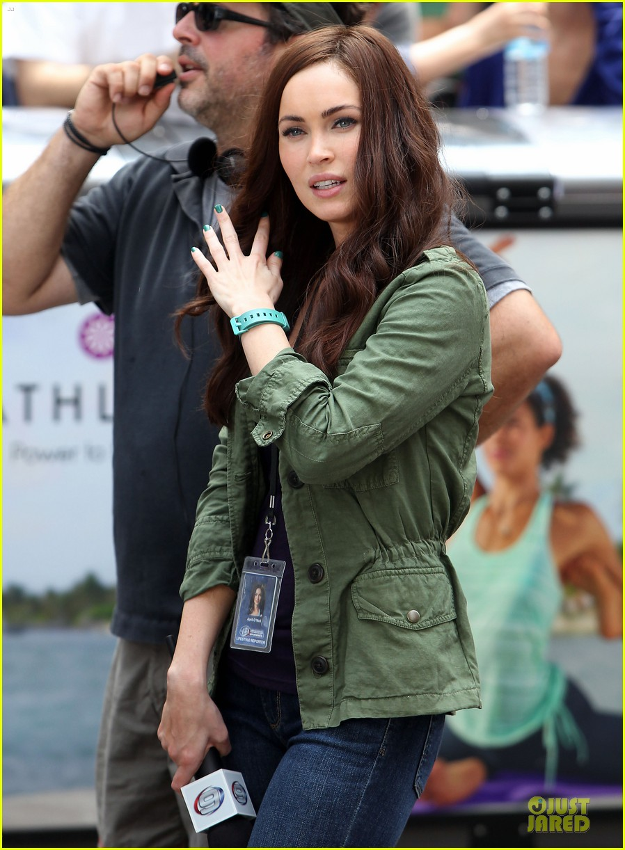 megan fox news reporter on teenage mutant ninja turtles set 142914728