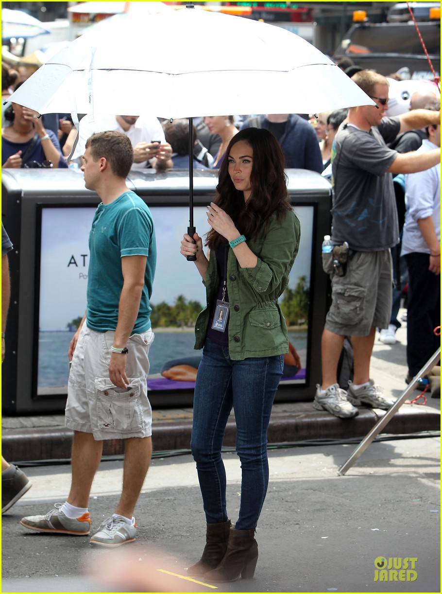 megan fox news reporter on teenage mutant ninja turtles set 152914729