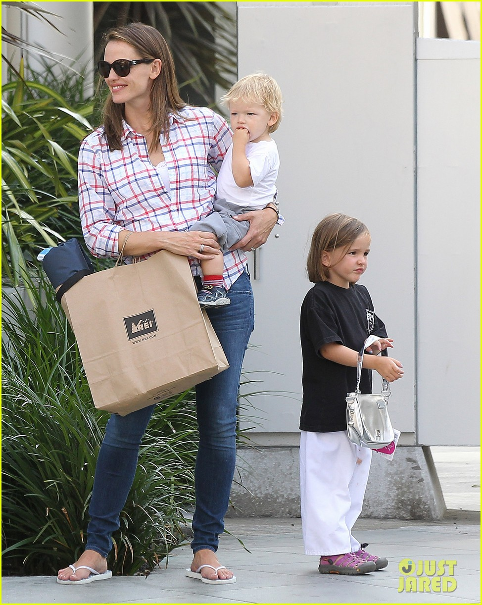 jennifer garner is back with the kids after big apple trip 032914247
