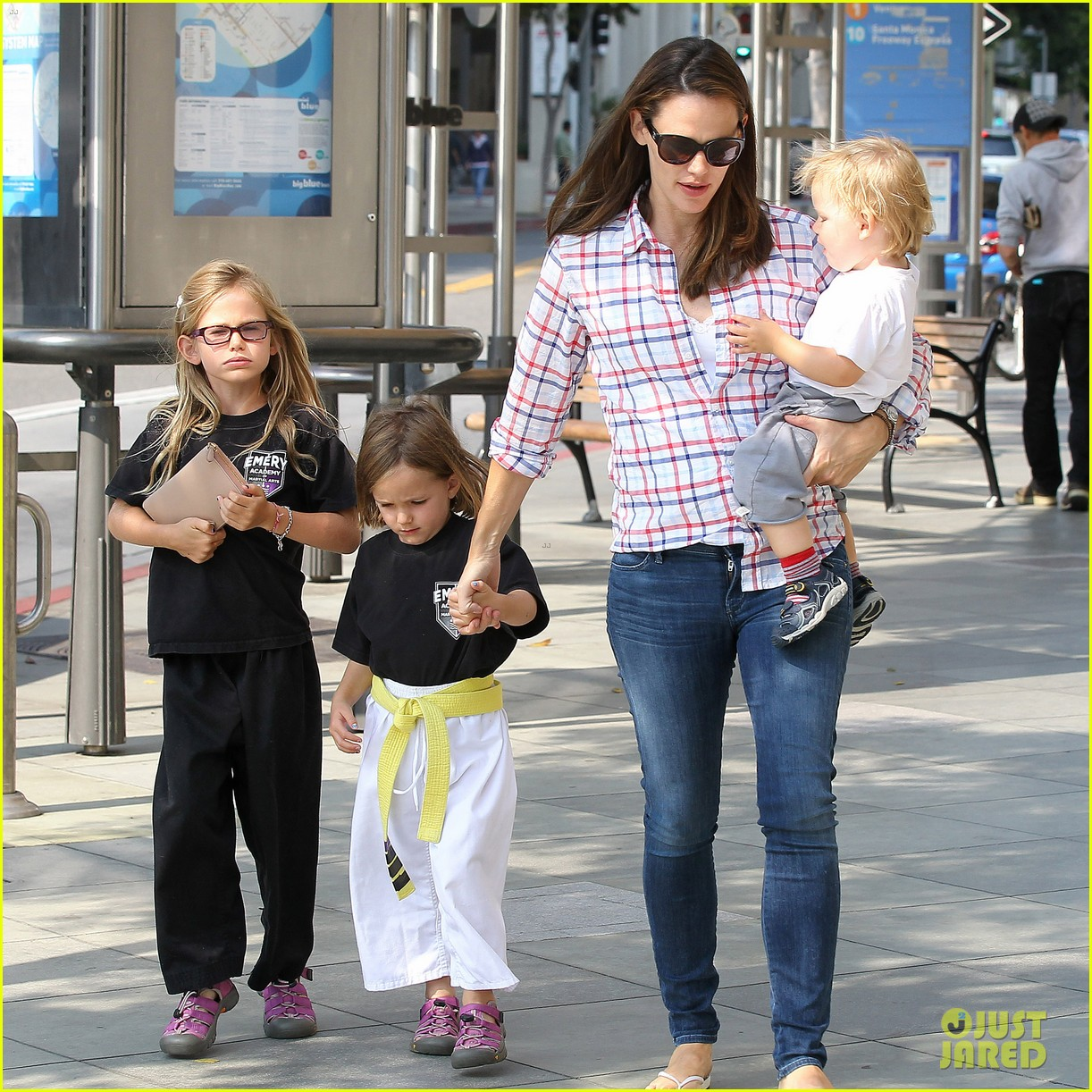 jennifer garner is back with the kids after big apple trip 092914253