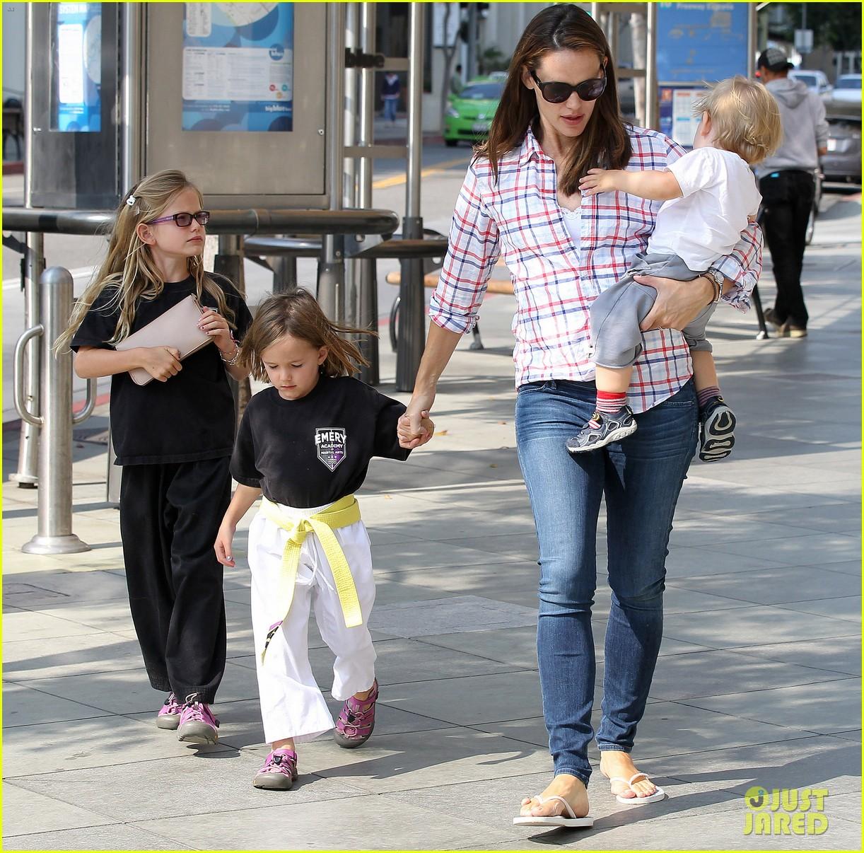 jennifer garner is back with the kids after big apple trip 10