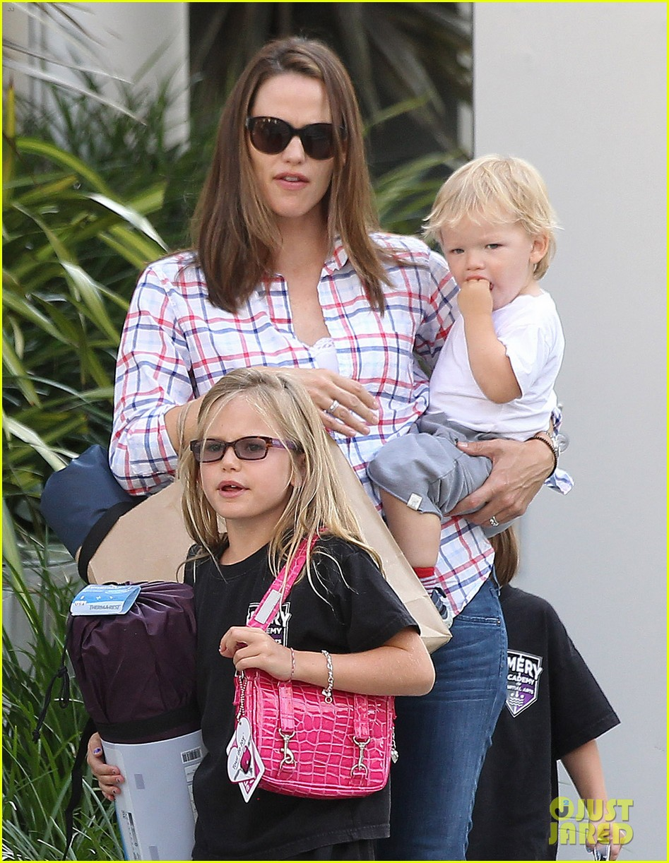 jennifer garner is back with the kids after big apple trip 142914258