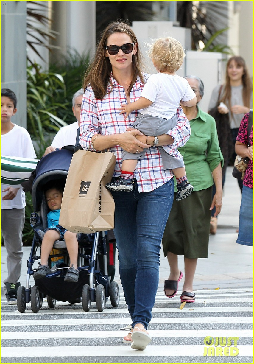 jennifer garner is back with the kids after big apple trip 162914260