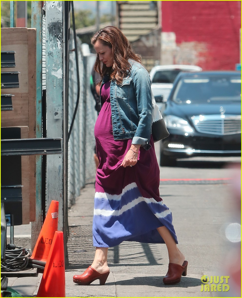 jennifer garner wears fake baby bump for imagine filming 192919490