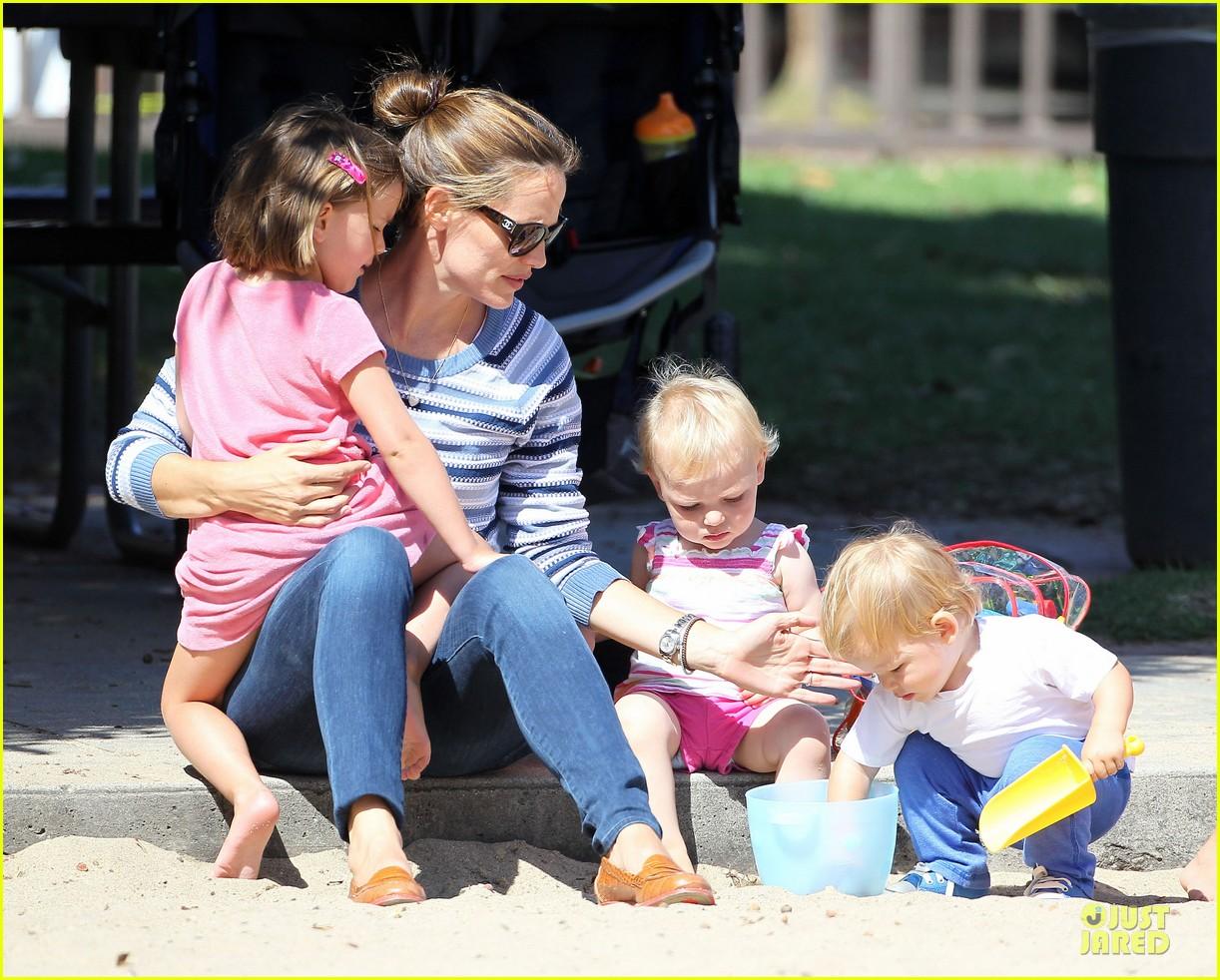jennifer garner kids park date after jimmy kimmel wedding 16