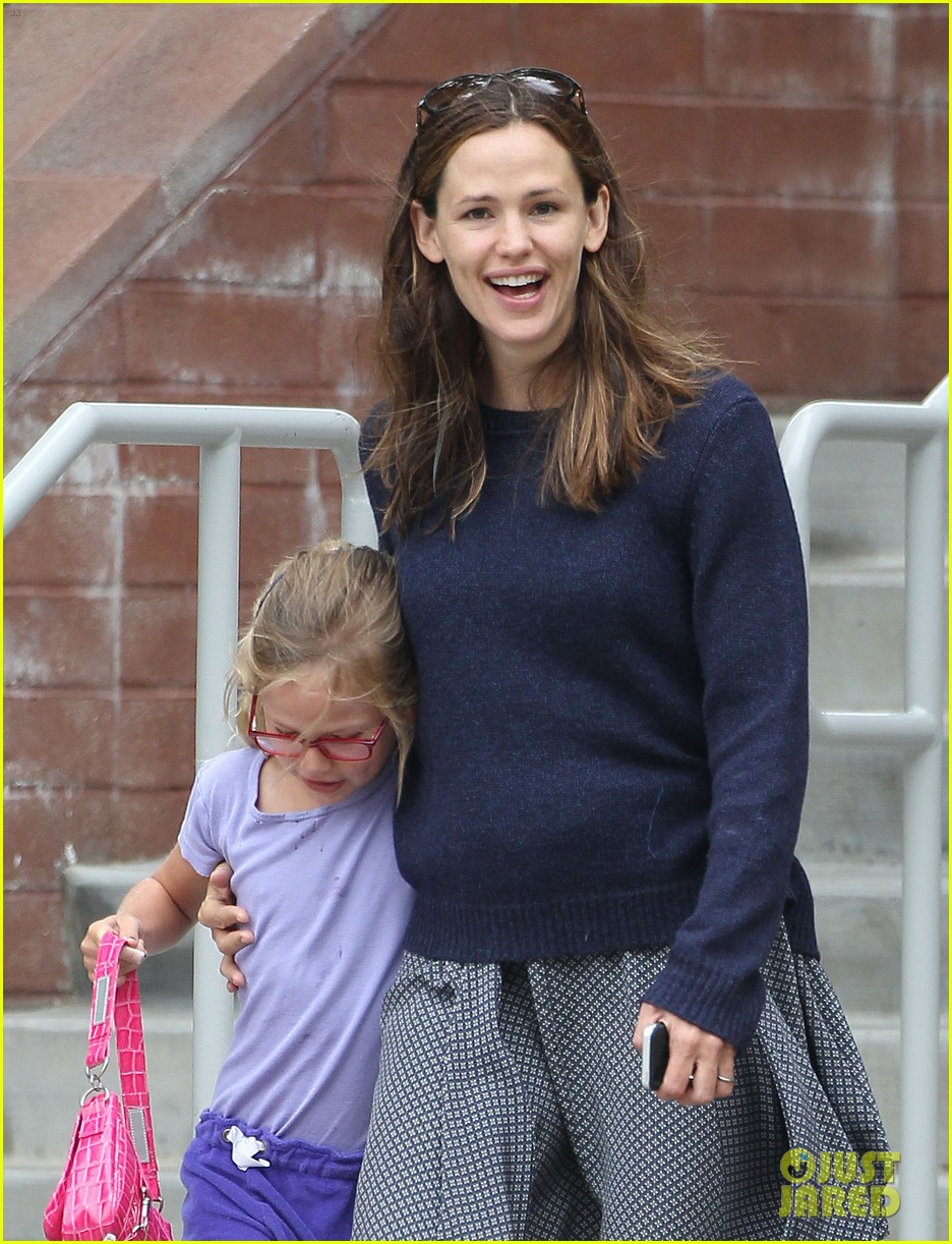 jennifer garner summertime smiles with violet seraphina 092916031