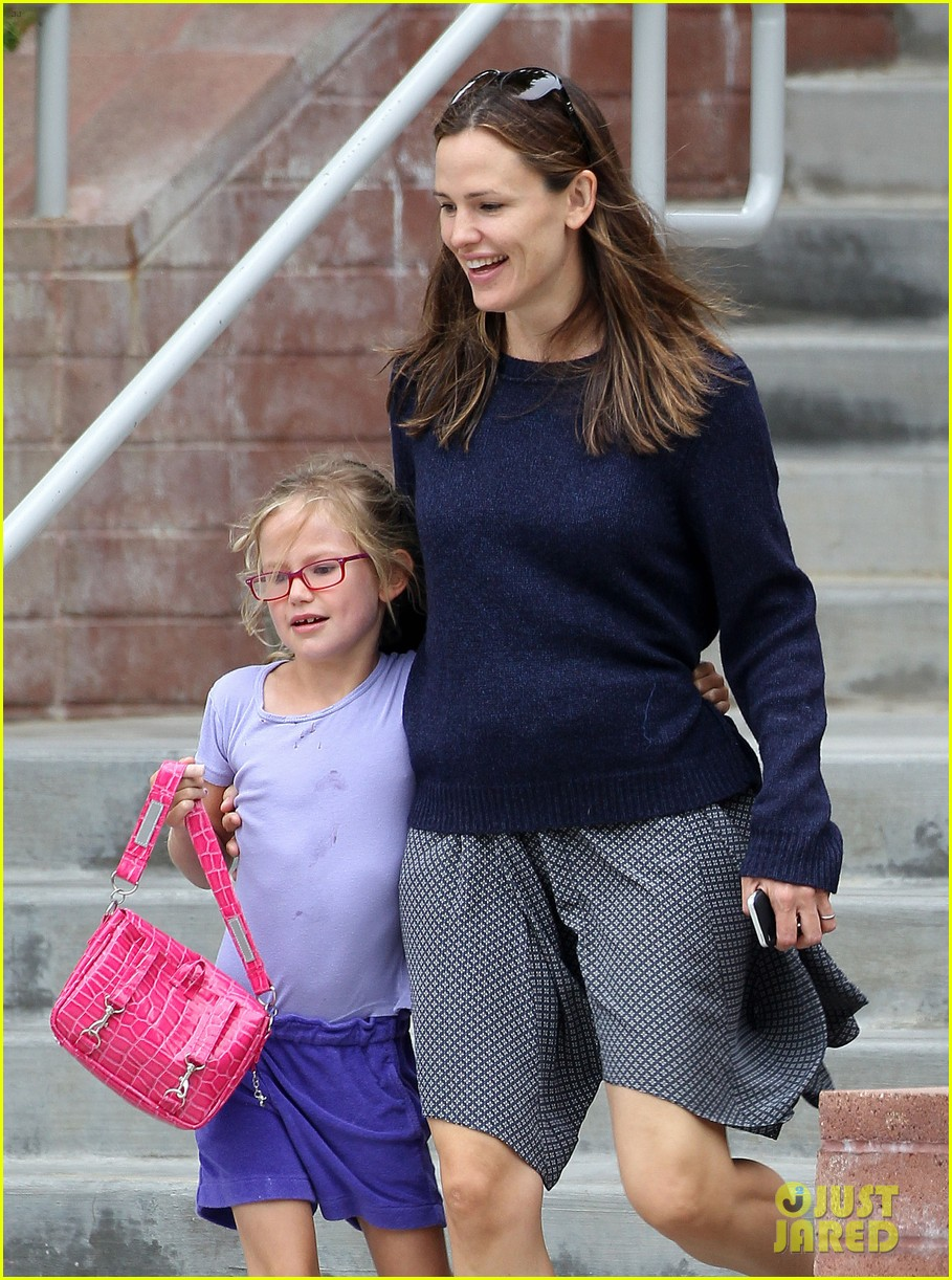 jennifer garner summertime smiles with violet seraphina 122916034