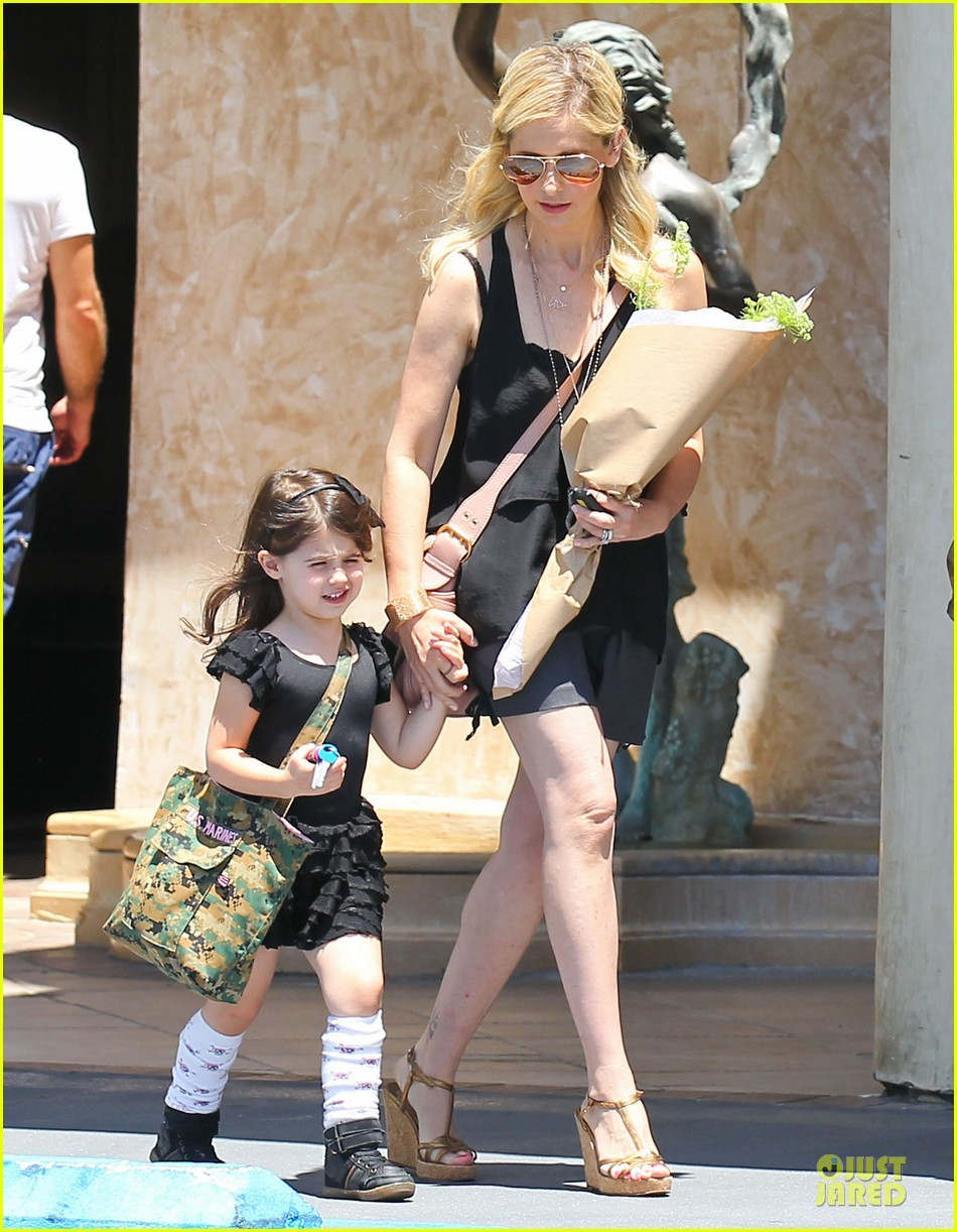 sarah michelle gellar flying with two kids alone is my latest milestone 012909014
