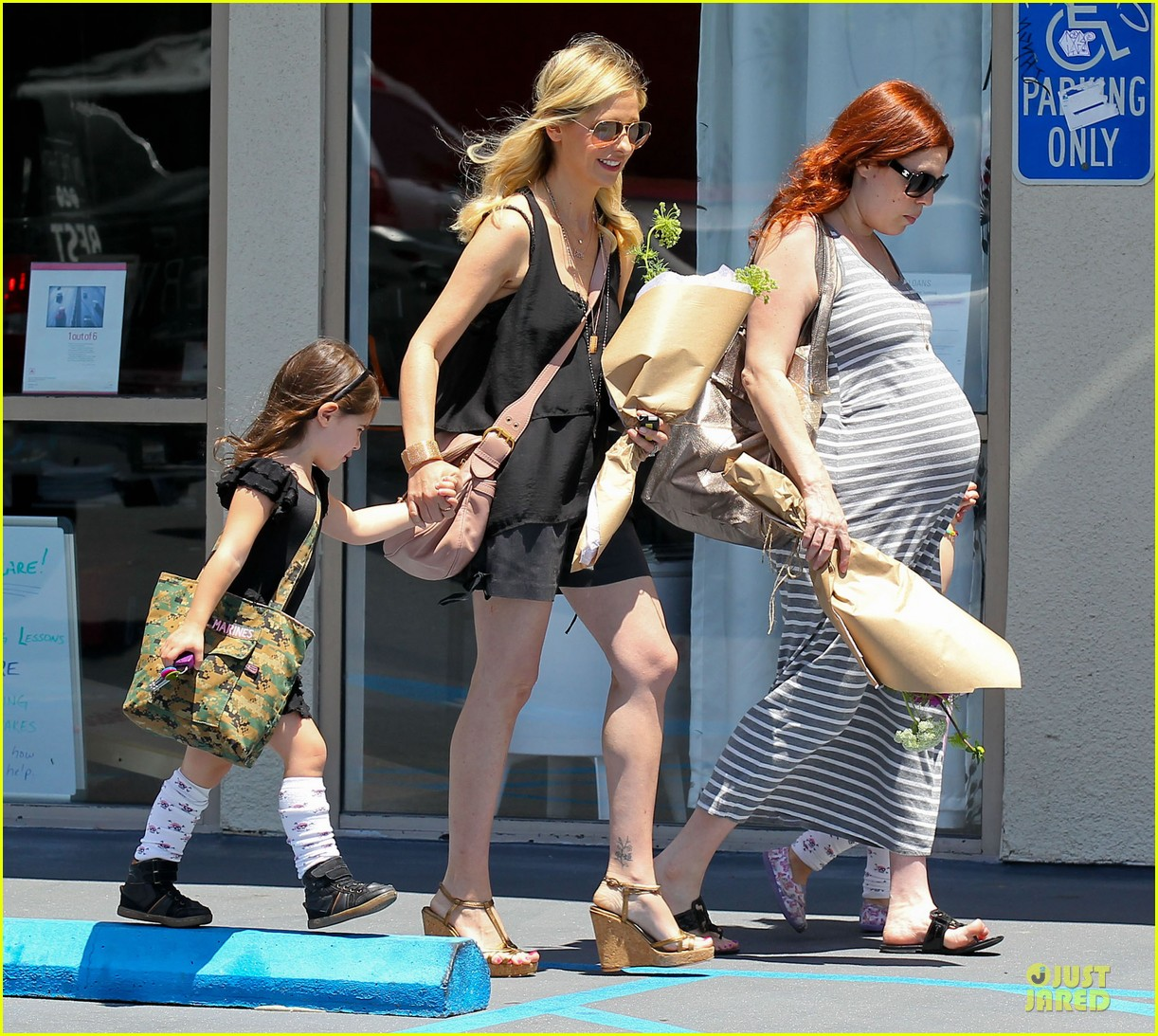 sarah michelle gellar flying with two kids alone is my latest milestone 11