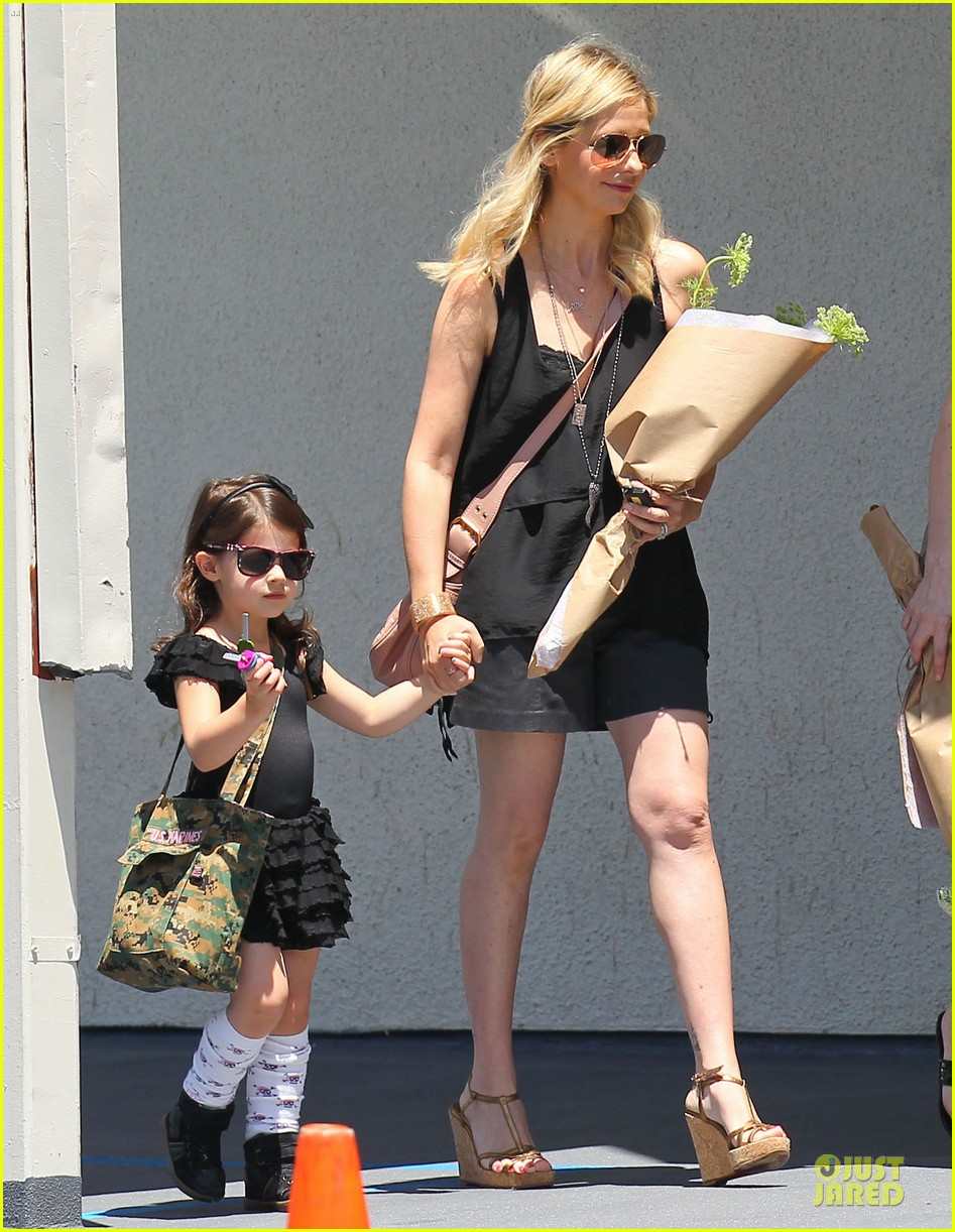 sarah michelle gellar flying with two kids alone is my latest milestone 122909025