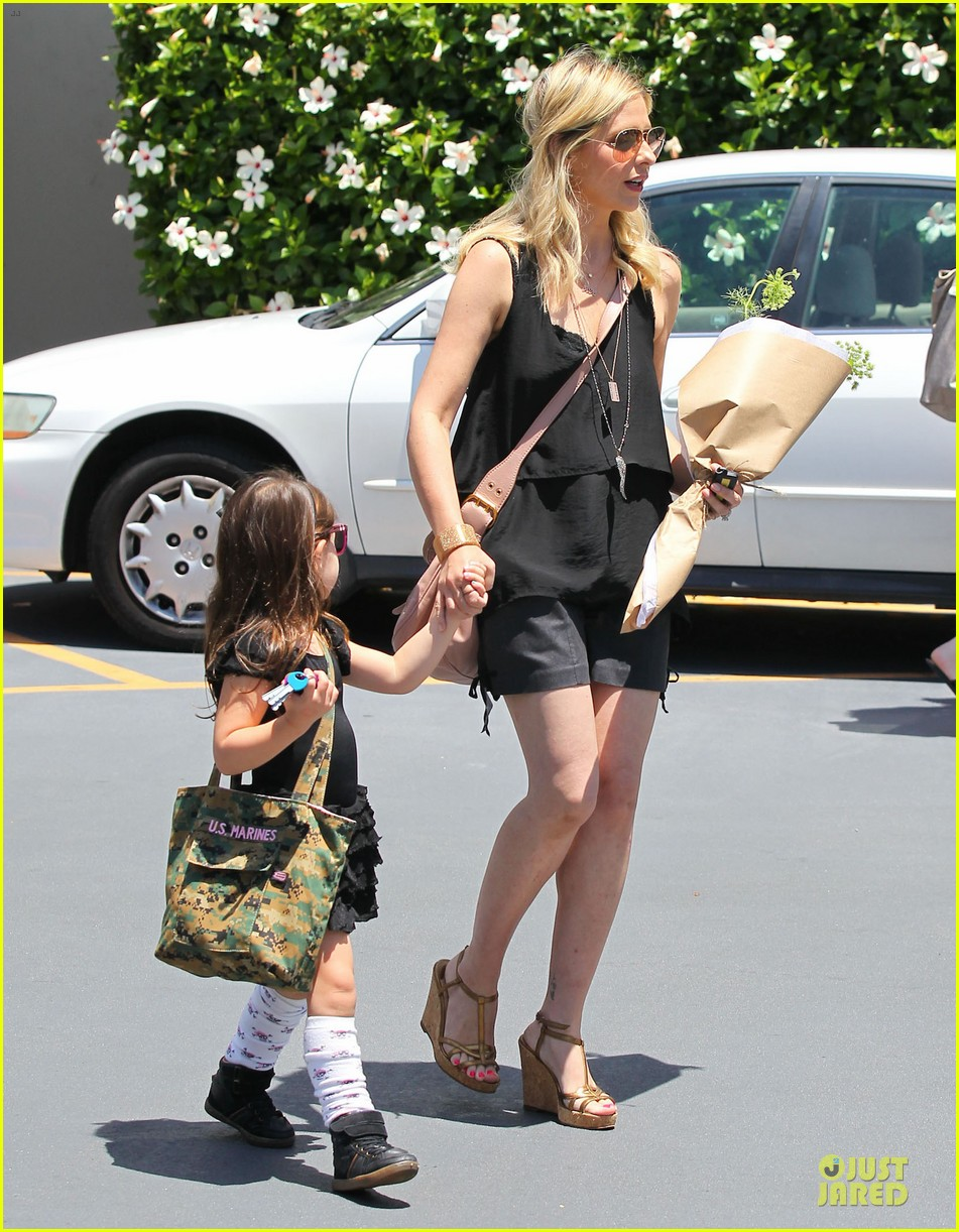 sarah michelle gellar flying with two kids alone is my latest milestone 202909033