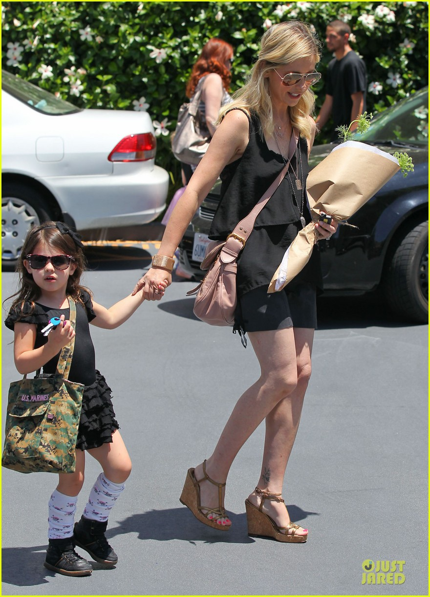 sarah michelle gellar flying with two kids alone is my latest milestone 21