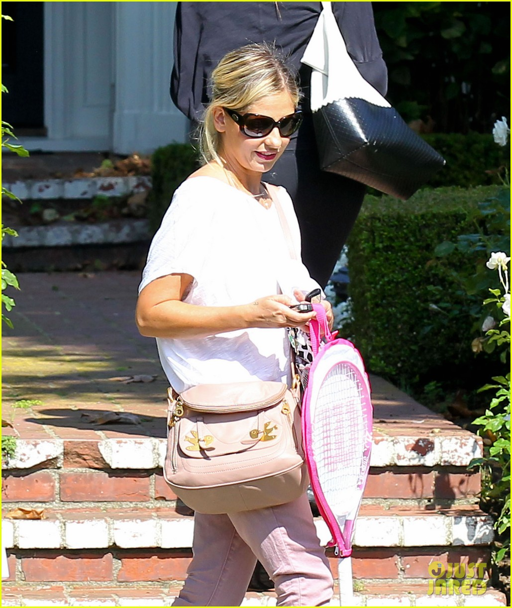 sarah michelle gellar tracked down robin williams for crazy ones 042915750